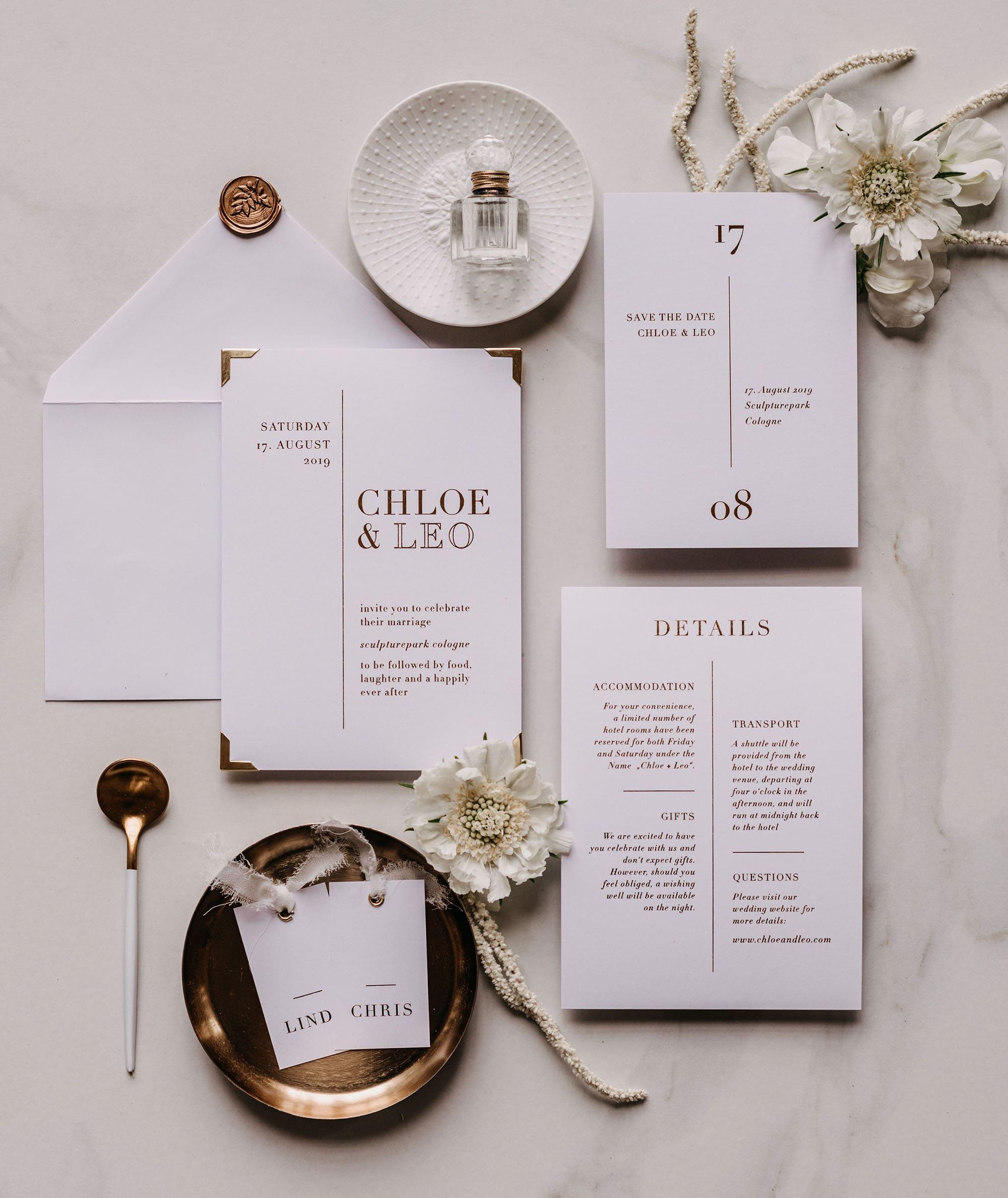 Hochzeitseinladung in weiß und gold mit Siegel