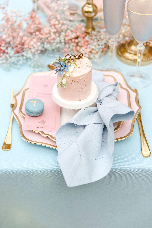 Teller und Besteck in Gold und Rosa mit Serviette und Tör tchen